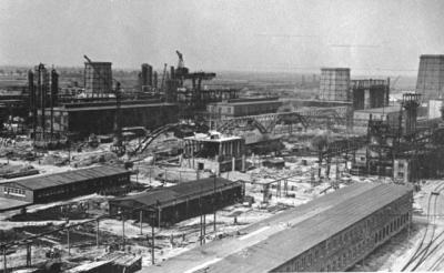 שום דבר לא אמיתי חוץ מהלאגר. מפעל 'בונה' אושוויץ בו עבד לוי. צילום מ-1941. תמונה: הארכיון הגרמני הרשמי, ע